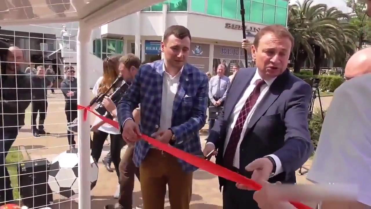 Мэр Сочи бросает детям подарки прямо на землю(ВИДЕО)