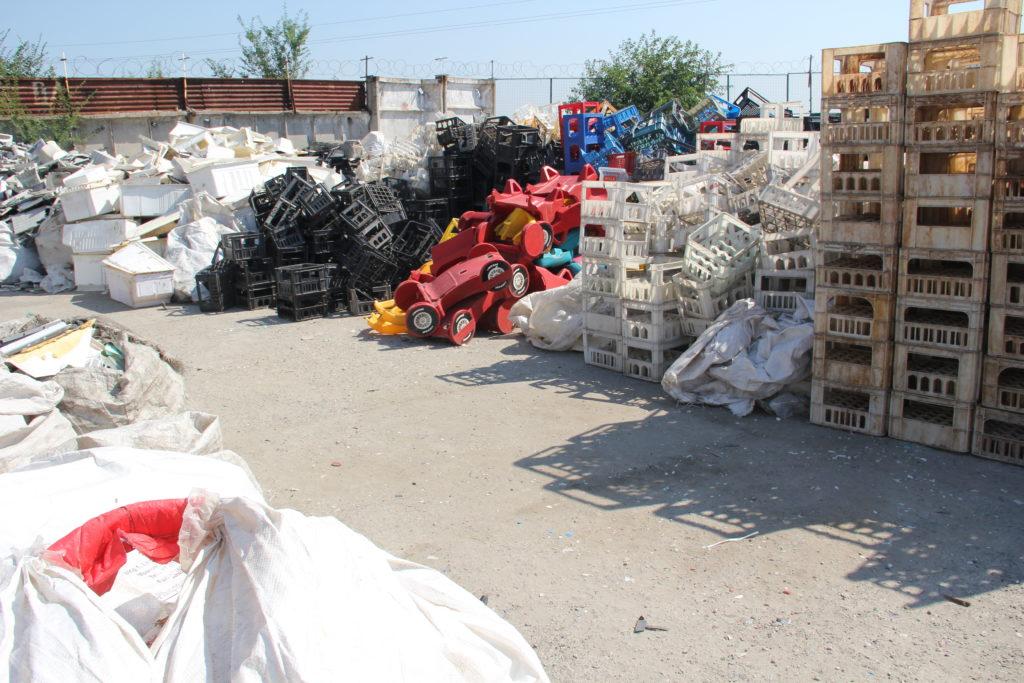 Запорожцы выбрасывают в мусор деньги, совесть и экологию