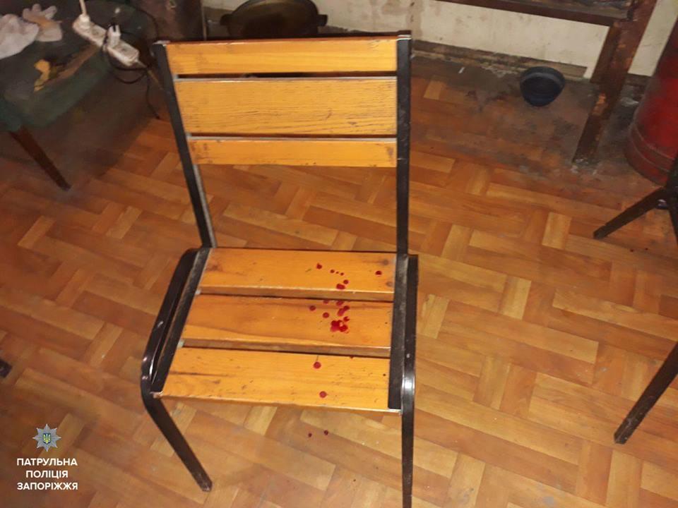 В Запоріжжі патрульні заарештували чоловіків, які побили молодого хлопця (ФОТО)