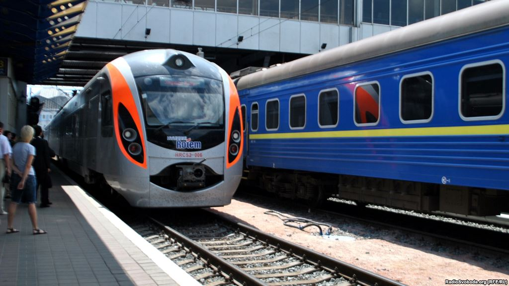 """""""Укрзалізниця"""" ввела безготівковий розрахунок за квитки на міжнародні потяги"""