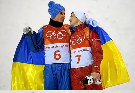 Український чемпіон Абраменко та росіянин Буров під синьо-жовтим стягом на п'єдесталі пошани Олімпіади