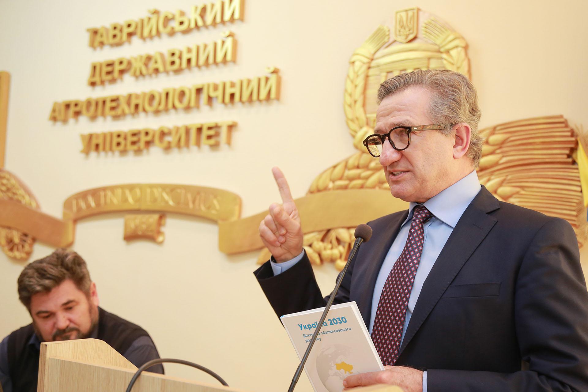 Гість Мелітопольського вишу Сергій Тарута мотивував студентів залишатися в Україні і працювати заради спільного блага