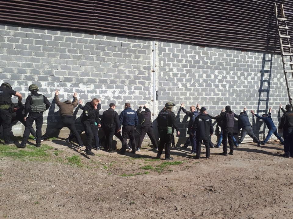<strong>Поліція затримала півсотні рейдерів, які за 500 гривень відбирали підприємства</strong>