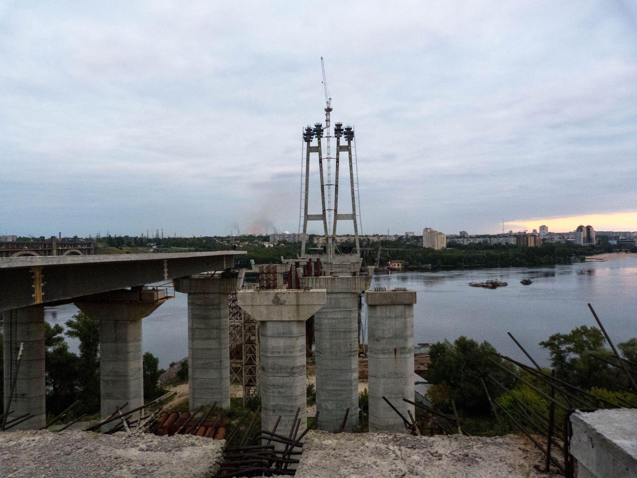 Житель Запорожья назвал причину невозможности окончания строительства мостов