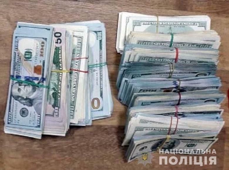 Пішов за гривнями та зник: VIP клієнт позбувся в обміннику Києва 120 тис. доларів – фото