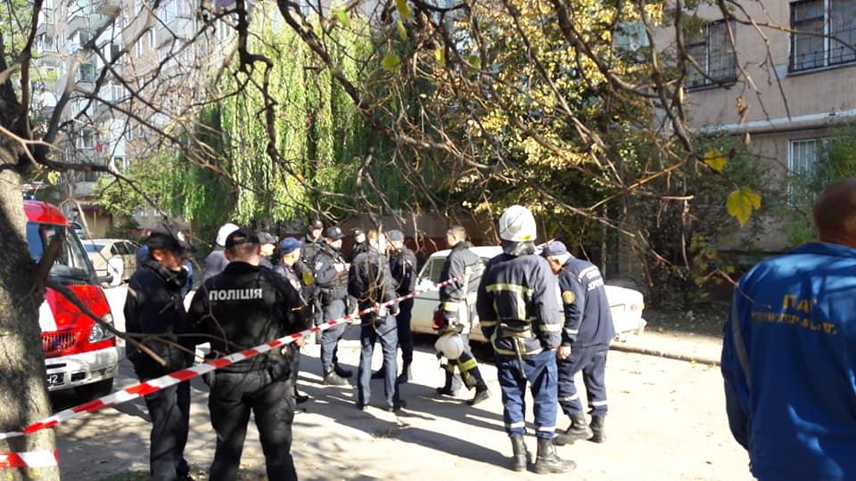 У Тернополі чоловік зібрав усі рятувальні служби біля свого вікна – заявляє, що всіх підірве – відео