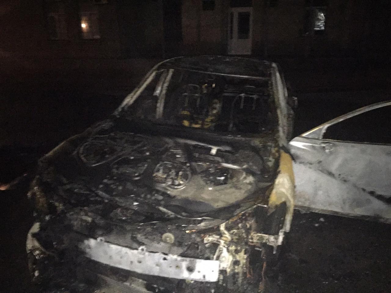 Чиновник, чия Mazda 6 згоріла вночі розказав кого підозрює у підпалі