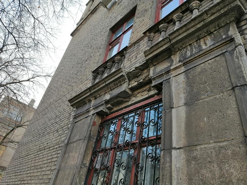 Небезпечне Запоріжжя: в центрі міста обвалився шматок фасаду будинку