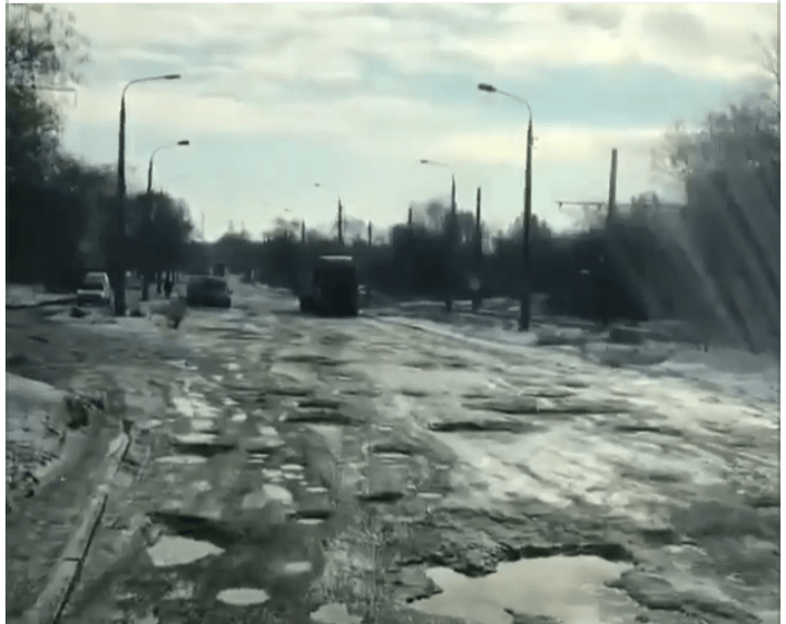 Відео дня: у Запоріжжі знайшли дорогу, яку мабуть бомбардували