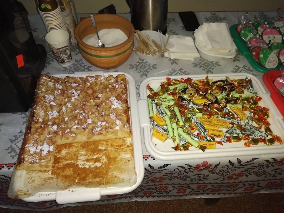 Домашня випічка, кава, чай, глінтвейн та вареники роздавали запорізькі волонтери на площі Маяковського