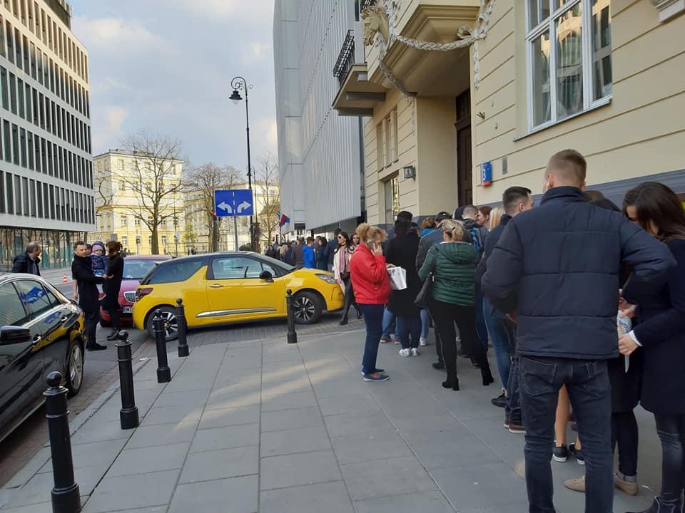 У Варшаві черги до посольства, українці обирають Президента – фото