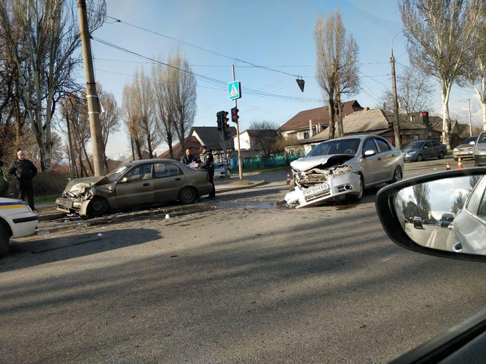 У центрі Запоріжжя ДТП, два автомобілі розбиті вщент, водії в лікарні – фото