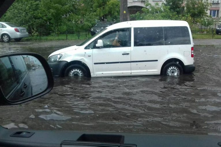 Брасом та батерфляєм: після дощу машини на Набережній плавають – відео