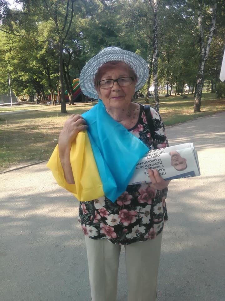 """Понад 700 державних прапорів отримали містяни від Запорізького осередку партії """"Європейська Солідарність"""" в рамках флешмобу"""