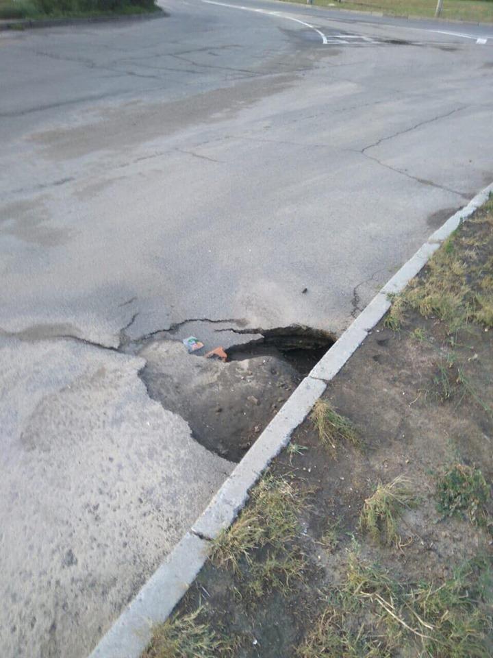 Не так давно відремонтована на Південному дорога після дощу провалилася