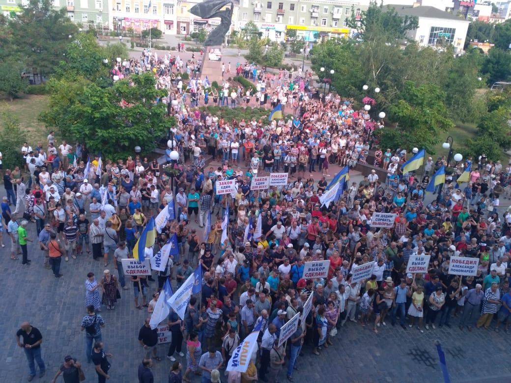 У Бердянську кілька тисячний мітинг, люди вийшли з плакатами