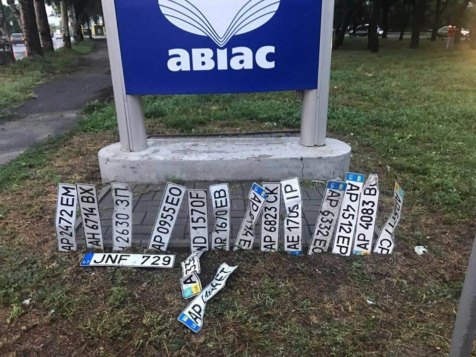 Після негоди в Запоріжжі, по місту валяються номерні знаки автомобілів – фото