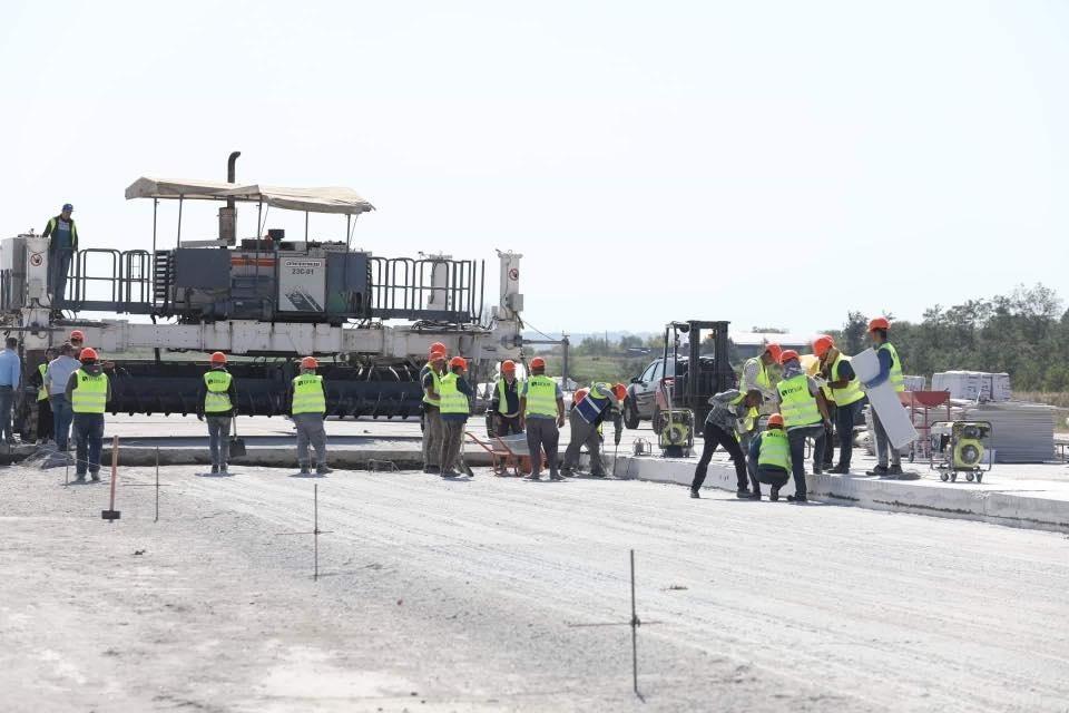 Як в аеропорту Запоріжжя проводять ремонт злітно-посадкової смуги – фото