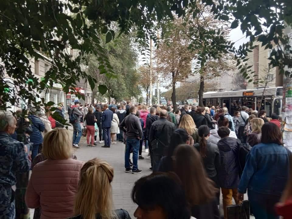 У Запоріжжі масове скупчення людей в районі Металургів