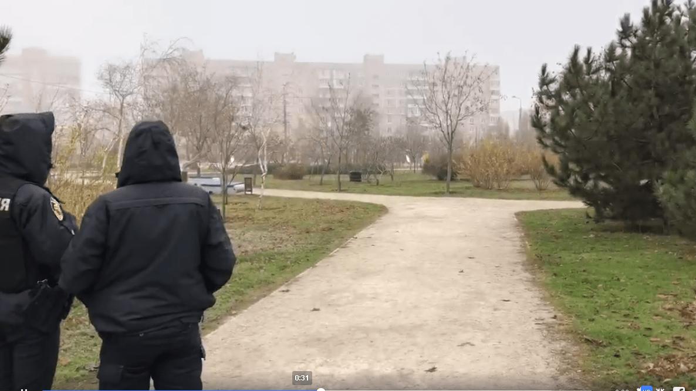Посеред парку, де гуляють діти, двірничка виявила гранату, територію перекрито
