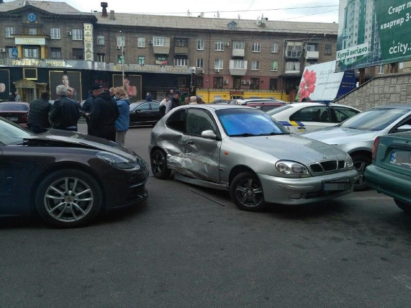 """У поліції прокоментували """"трощу"""" машин біля ТРЦ """"Україна"""" – фото"""