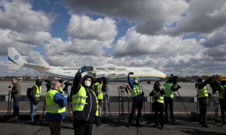 """Український гігант """"Мрія"""" доставив до Польщі медичне обладнання, трансляцію посадки дивилося одночасно 80 тисяч осіб – відео"""