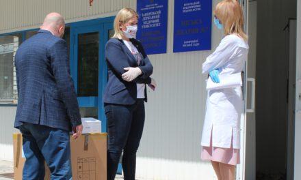 """Запорізькі медики, які лікують хворих з COVID-19 отримали сьогодні посилки від """"ЄС"""""""
