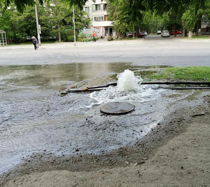 У центрі Запоріжжя близько 4 годин з-під землі б'є фонтан