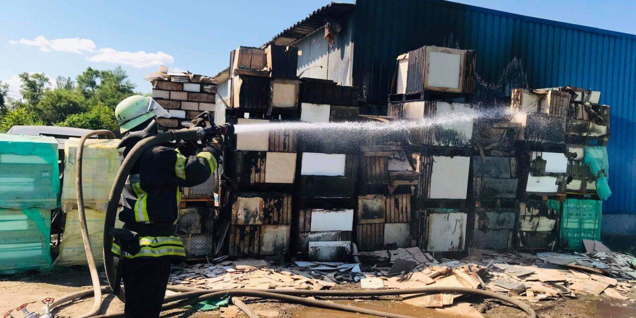 Поруч з гіпермаркетом у Запоріжжі палала потужна пожежа