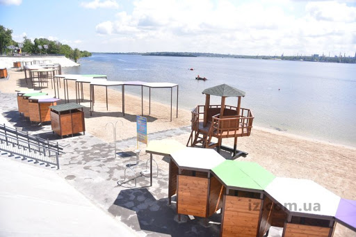 Блогер показав реальну вартість щойно відремонтованого пляжу в Запоріжжі