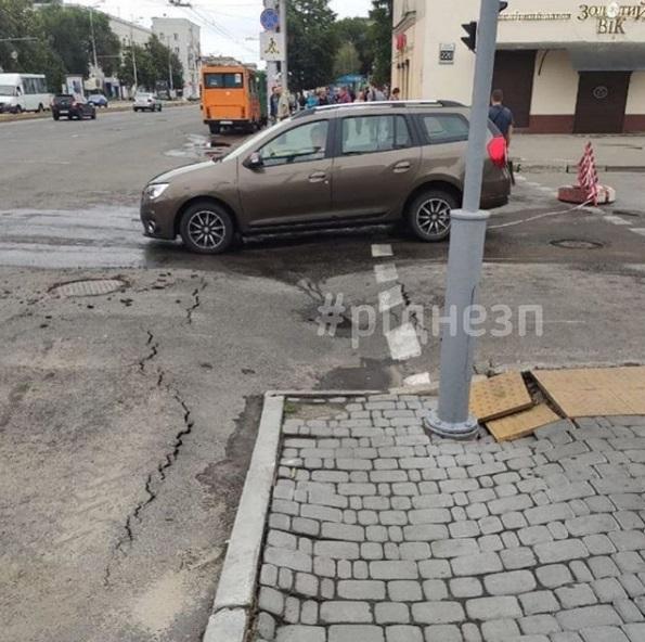 На перехресті в Запоріжжі, де рік тому закінчили реконструкцію, провалився асфальт – фото
