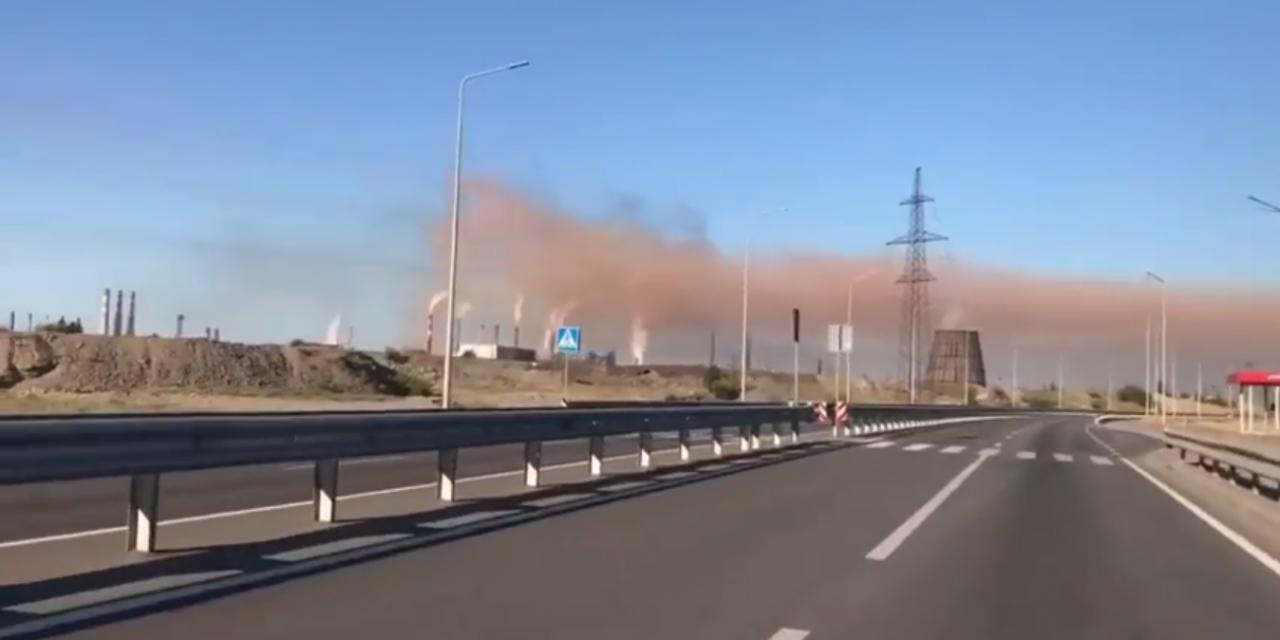 """Відео дня: мешканці Запоріжжі зафіксували руду хмару викидів із заводу """"Запоріжсталь"""""""
