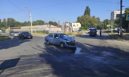 Відеореєстратор зафіксував момент зіткнення автомобілів у Запоріжжі, водій отримав важку травму голови – відео