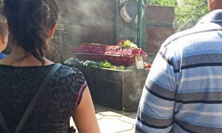 У Запоріжжі провели в останню дорогу дівчину, яка спалила себе під храмом
