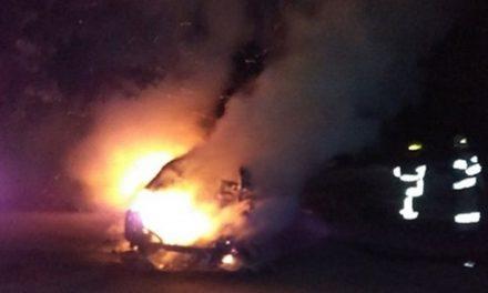 У спальному районі Запоріжжя згорів автомобіль, очевидці опублікували відео