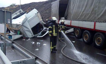 Рятувальники розказали як у Запоріжжі діставали водія з понівеченої вантажівки – фото