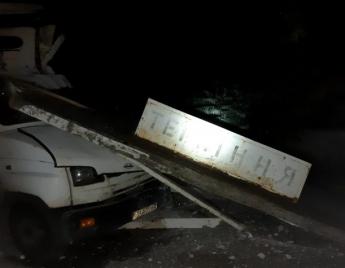 На Запоріжжі трапилася ДТП, вантажівка розтрощила бетонну зупинку