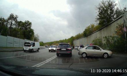 У Запоріжжі, на повороті, де часто трапляються ДТП, зіткнулося кілька авто