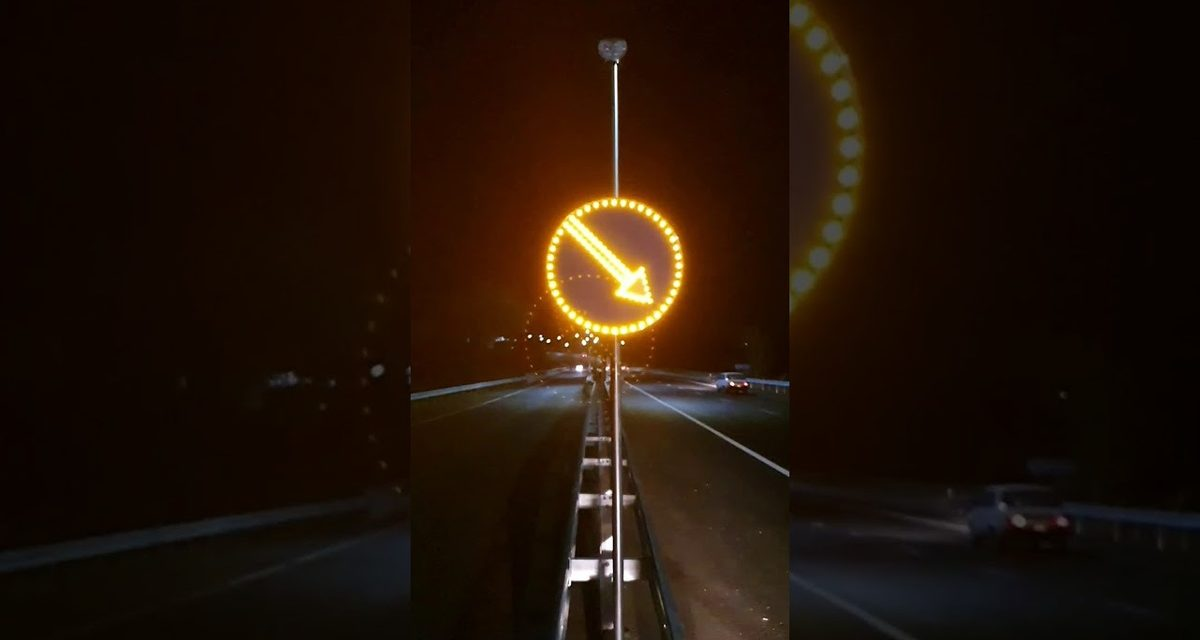 На заповізькій трасі встановили сучасні дорожні знаки з підсвіткою