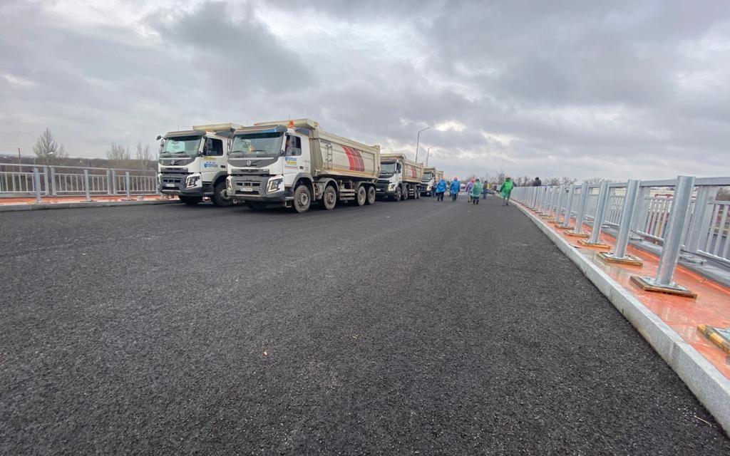 По новозбудованих запорізьких мостах прогнати 8 вантажівок по 34 тони кожна – фото