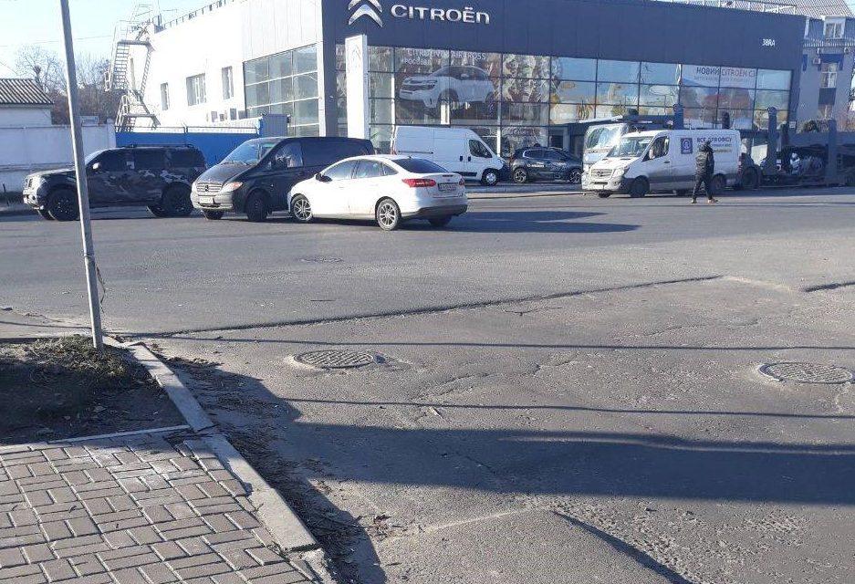 В одному з районів Києва перехід дороги перетворився на смертельний квест
