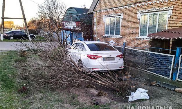 На Запоріжжі п'яний чоловік врізався в паркан на чужому авто – фото