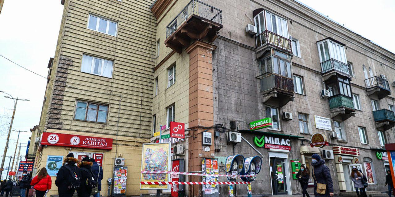 В Запоріжжі на пішохідну частину впав бетон з балкона – фото