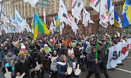 Побиті протестувальники, постраждалі поліцейські, зруйновані намети – наслідки мітингу в столиці (фото)