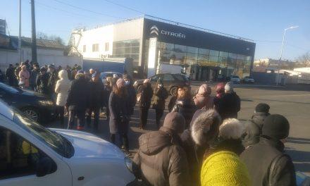 Біля новобудов у Києві протест, люди не пропускають машини – відео