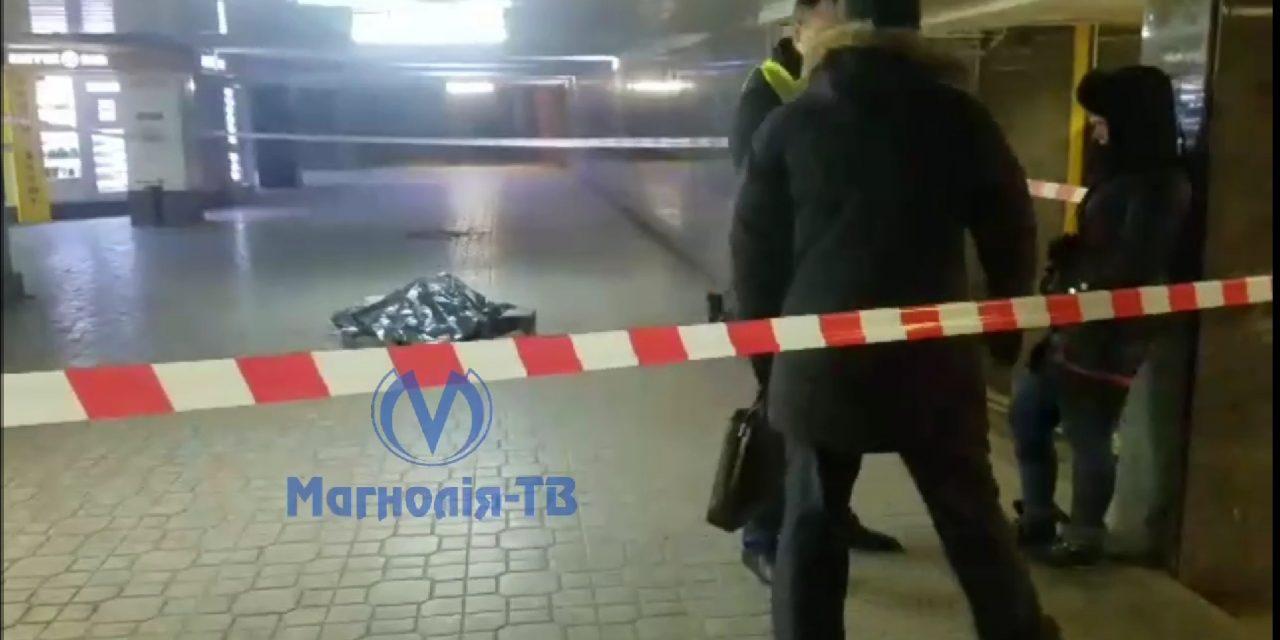 У центрі Києвa на станції метро вбили людину – відео з місця
