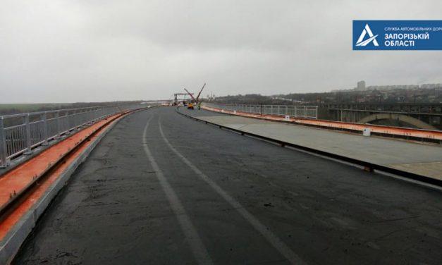 Будівельники почали укладати водонепроникний асфальт на запорізькі мости через Дніпро – фото