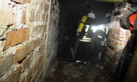 У Запоріжжі в підвалі будинку загорілося сміття – постраждалого забрала «швидка»
