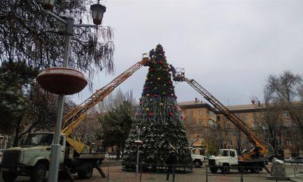 Центральний проспект Запоріжжя активно прикрашають до новорічних свят