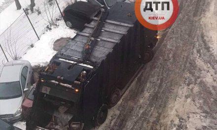 Вранці у Києві сміттєвоз протаранив 9 припаркованих автомобілів